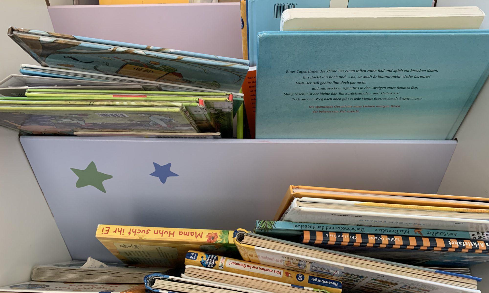 Bücherregal mit Kinderbüchern